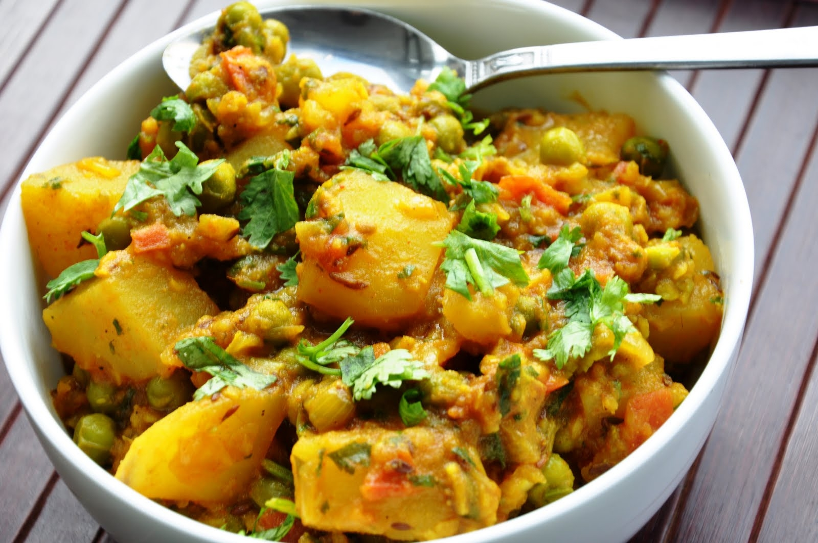 Матар алу таркари - Тушеные овощи с сыром